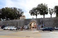 mury miejskie z bramą