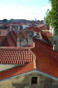 Widok na dachy Zadaru z połowy wysokości wieży