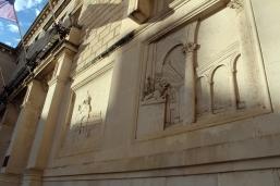 płaskorzeźby na murach ratusza
