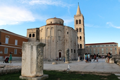 fragmenty forum romanum i sv.Donat w tle